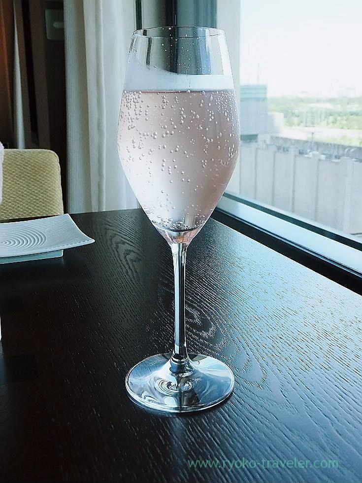 Sparkling liquor after breakfast in the room, Peninsula Tokyo (Yurakucho)