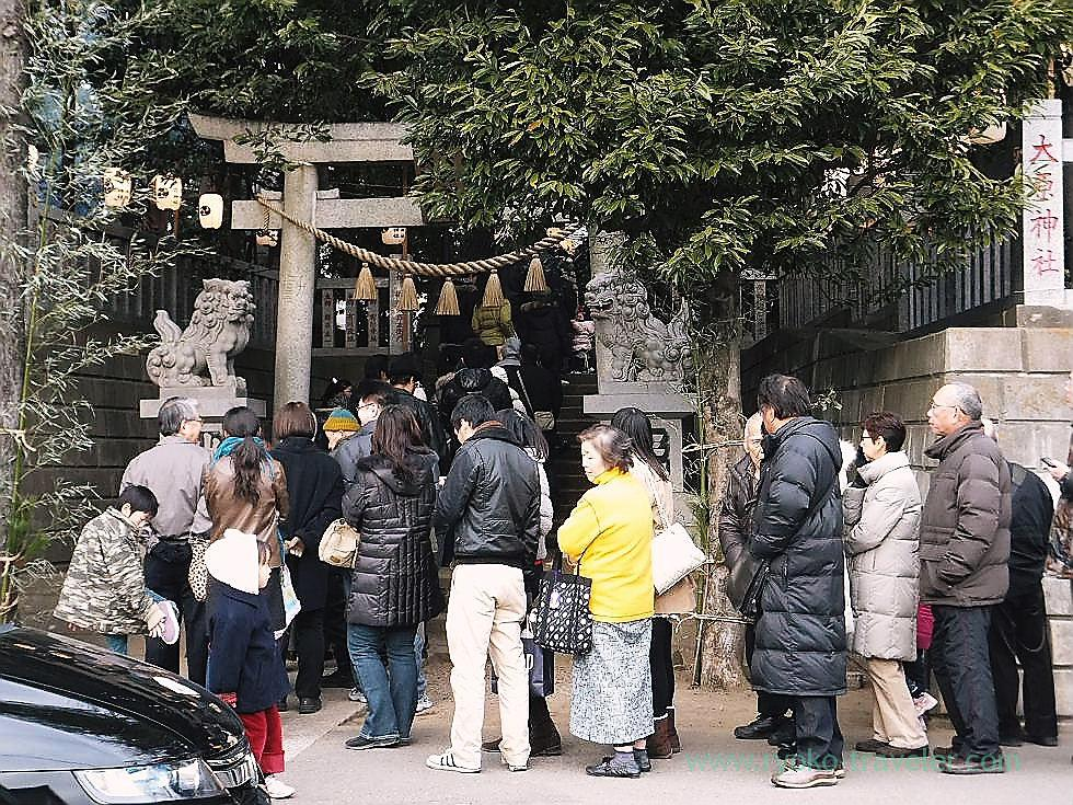 Long line in front of the gate, Ohara Jinja shrine (Mimomi)