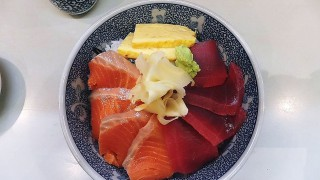 Tsukiji : Maguro and salmon bowl at Taneichi