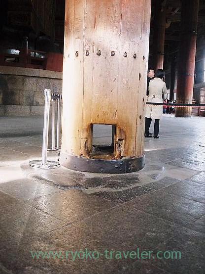 Hole for happiness, Todaiji temple (Nara)
