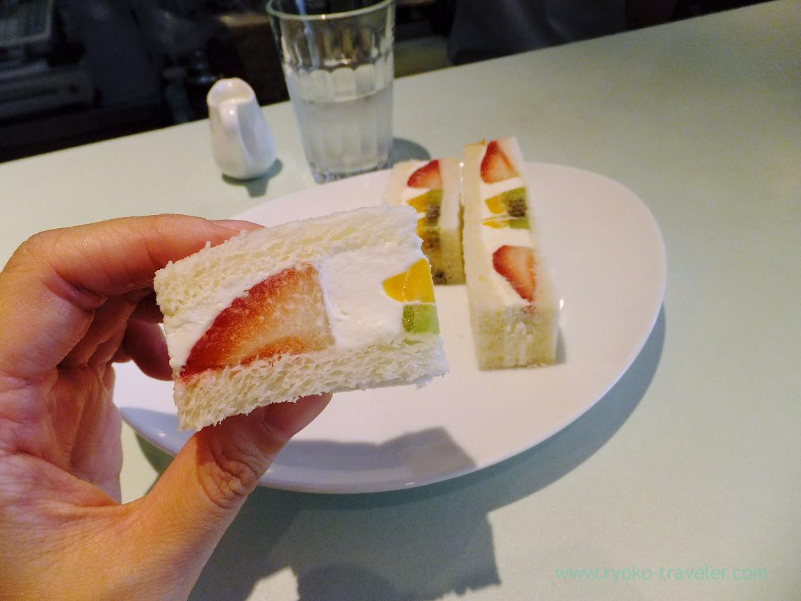 Holding fruits sandwich, Fruits Parlor FRUTAS (Monzen-Nakacho)
