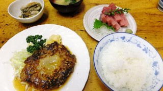 Tsukiji Market : Tuna's tail steak and marinated oysters in olive oil (小田保)