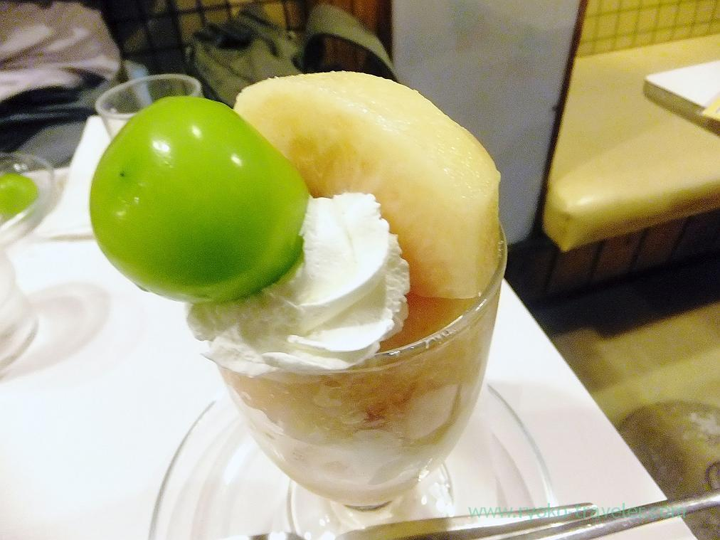 Peach parfait, Fukunaga Fruits Parlor from the above (Yotsuya-Sanchome)