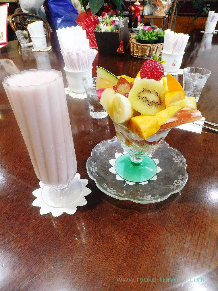 Strawberry juice with milk and fruits parfait, Fruit de saison (Suehirocho)