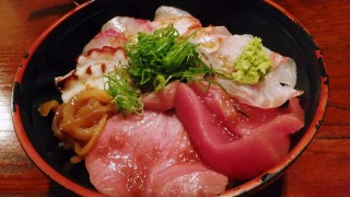 Funabashi : Gorgeous sashimi bowl at Maguro-ichi (まぐろ市)