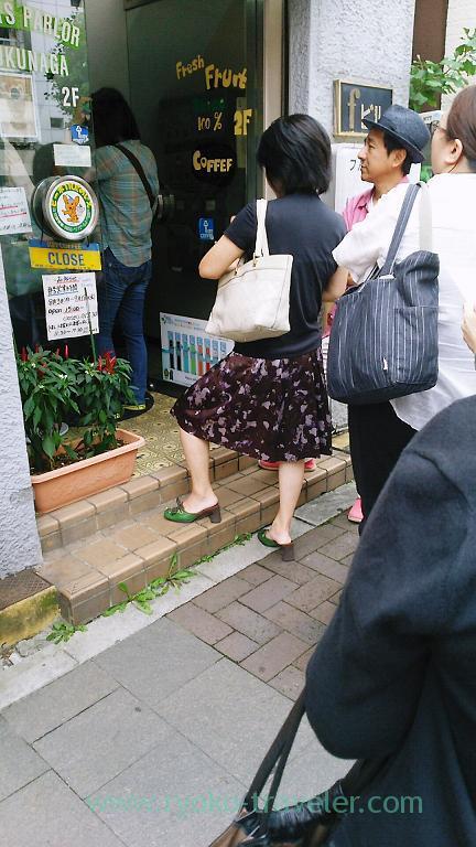 Long line to upstairs, Fukunaga Fruits Parlor (Yotsuya Sanchome)