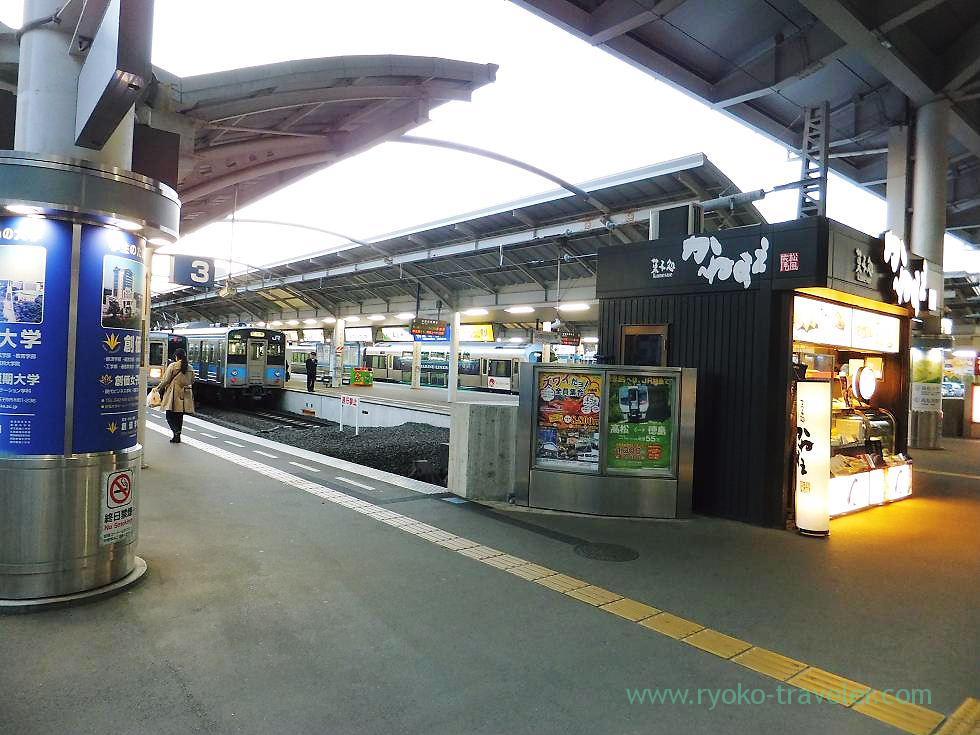 Platform, Takamatsu station, Takamatsu (Kagawa & Tokushima 2011)