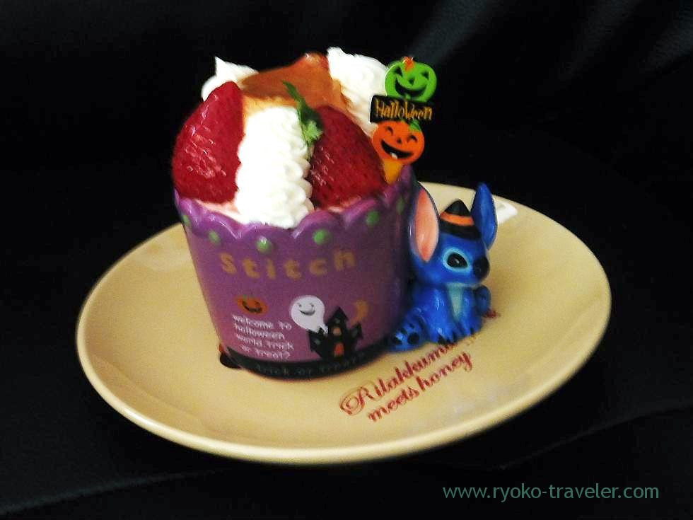 Fraisier with Halloween limited conteiner in front of me, Le Patissier Yokoyama Keisei-Okubo branch (Keisei-Okubo)