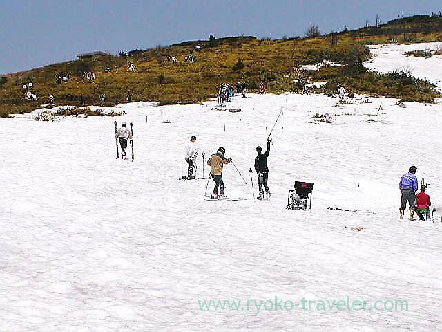 Skiing around pavements to Yugama 1, Yugama, Kusatsu onsen (Kusatsu & Kawarayu 2011)