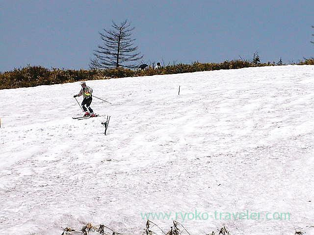 Skiing around pavements to Yugama 2, Yugama, Kusatsu onsen (Kusatsu & Kawarayu 2011)