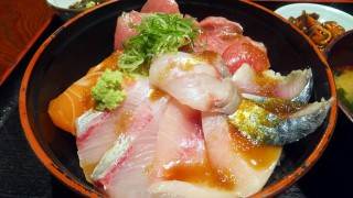 Funabashi : Fresh sashimi bowl at Maguro-Ichi (まぐろ市)