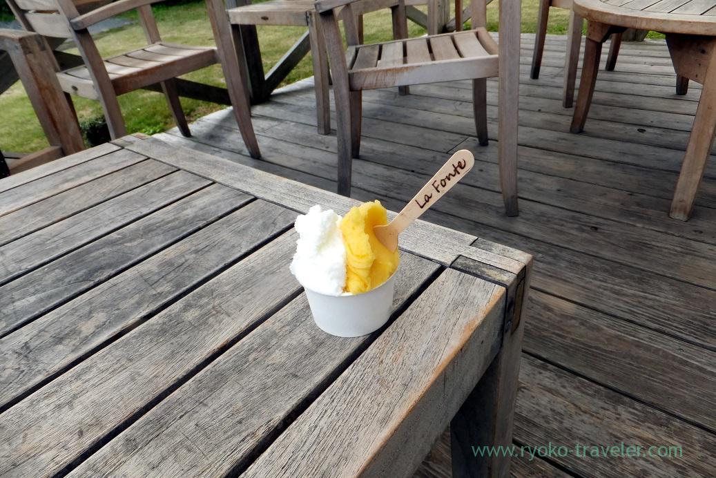 Scene having gelato, La Fonte (Amami 2015)