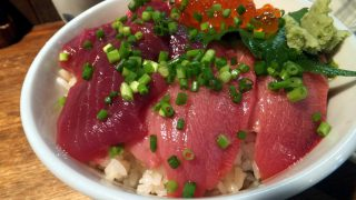 Tsukiji : Tuna and salmon roe bowl at Hajime Sengyo-ten (はじめ鮮魚店)