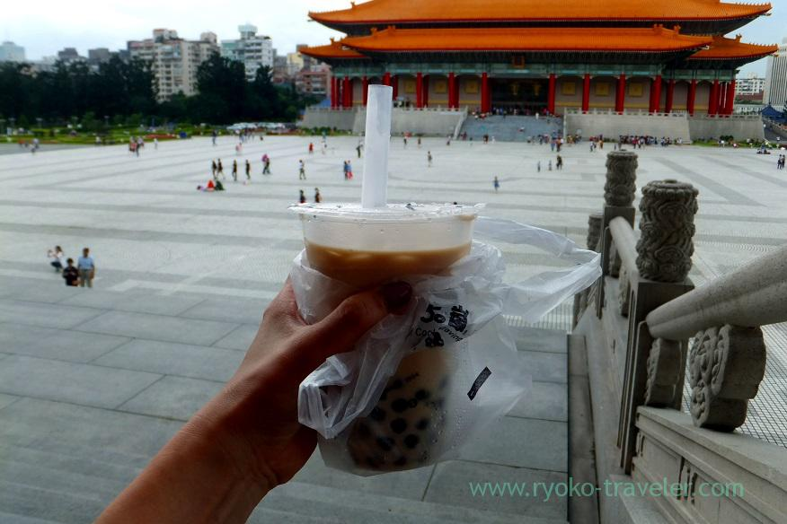 With tapioca milk tea, National CKS Memorial Hall (Taipei 201605)