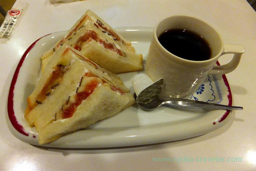 half-size-of-fig-sandwich-and-coffee-set-fukunaga-fruits-parlor-yotsuya-sanchome