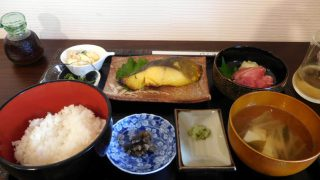 Kameido : Tuna sashimi and grilled fish lunch at Yonesan (よねさん)