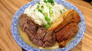 Shinkoiwa : Jiro-style ramen having beef steak at Ramen Toro (ラーメン燈郎)
